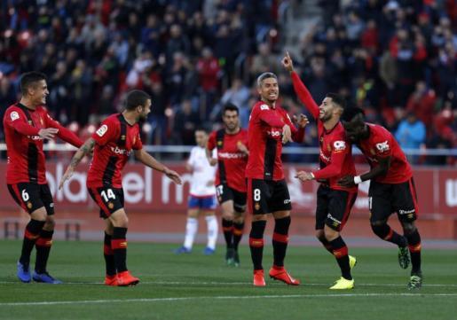 Los jugadores del Real Mallorca celebran el primer gol de los baleares, conseguido por Aridai Cabrera.