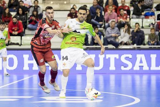 El jugador del Palma Futsal Tomaz (derecha) intenta superar la presión de un rival.