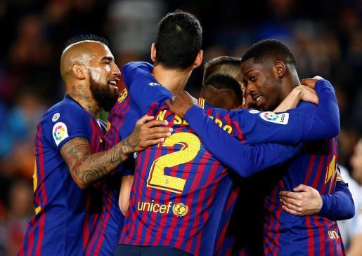 El defensa del FC Barcelona Jordi Alba celebra su gol anotado ante la Real Sociedad, el del 2-1, durante el partido de Liga en Primera División disputado esta noche en el Camp Nou.