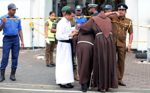 Imágenes a las afueras de una iglesia de Colombo, Sri Lanka, donde han tenido lugar varias explosiones durante la celebración religiosa.