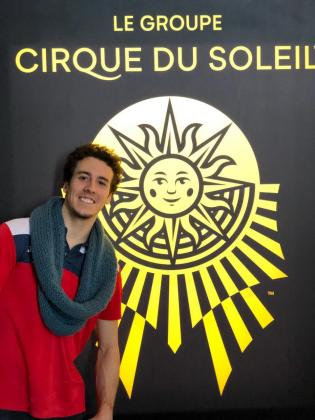 Fabián González posa con el logotipo del Cirque du Soleil, en Montreal.