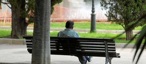Un estudio de la Obra Social de 'La Caixa' determina que la mitad de las personas de más de 80 años presenta soledad emocional.