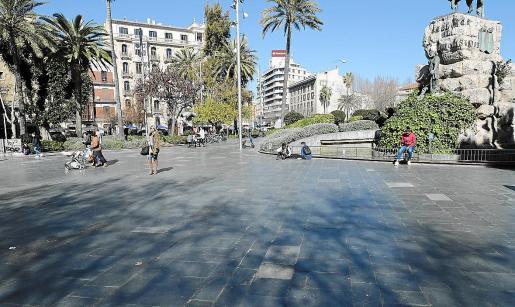 El pavimento de la plaza de España es deslizante y ya se han producido varias caídas.