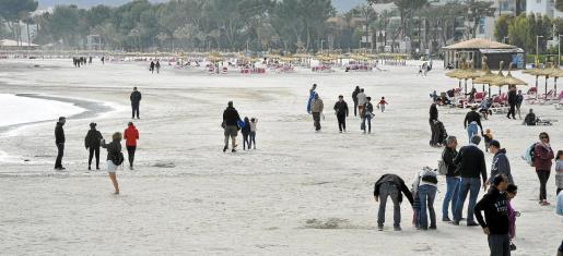 Los visitantes han convertido en tranquilos paseos por la playa lo que podrían haber sido días de agua y sol.