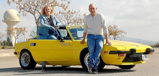 Felip Monserrat, junto a su esposa Marita Fullana. Ambos comparten la pasión por los coches clásicos.