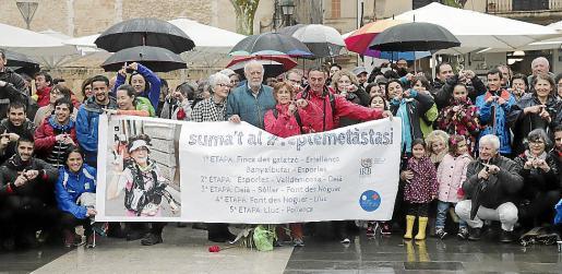 Muchísimas personas recibieron este lunes a Magdalena, en Pollença.