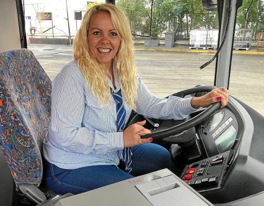 Patricia Montoya, al volante de un autobús de la EMT.