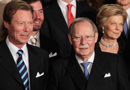 Foto de archivo del gran duque Juan de Luxemburgo (dcha), acompañado por el gran duque Enrique de Luxemburgo (izq), posa para una foto de grupo durante la celebración por su 90 cumpleaños, en el Gran Palacio Ducal, Luxemburgo, el 5 de enero de 2011.