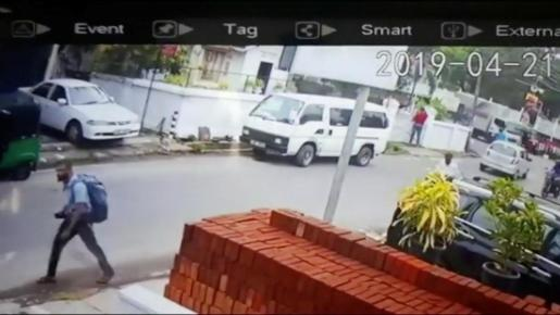 Captura de una cámara con un sospechoso cargando un voluminoso equipaje momentos antes de las explosiones.