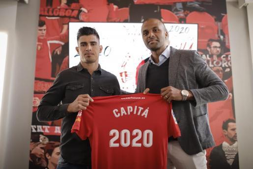 Xisco Campos y Maheta Molango, con una camiseta conmemorativa de la renovación del primero.
