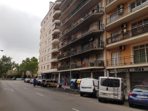 Incendio de contenedores en la calle Poeta Guillem Colom de Palma.
