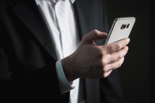 Un hombre con un smartphone.