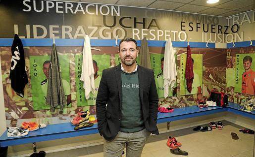El director deportivo del Palma Futsal, José Tirado, posa en el vestuario del equipo en Son Moix.