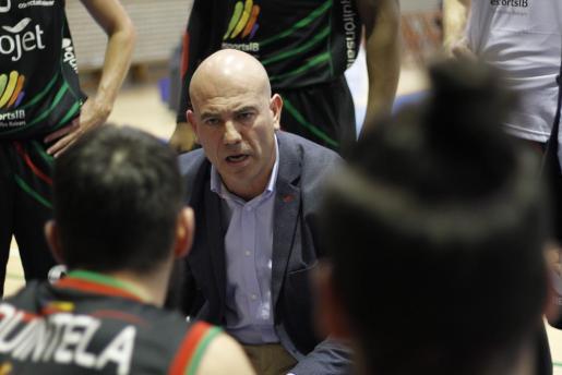 El técnico del Iberojet Palma, Félix Alonso, da instrucciones a sus jugadores durante un tiempo muerto.