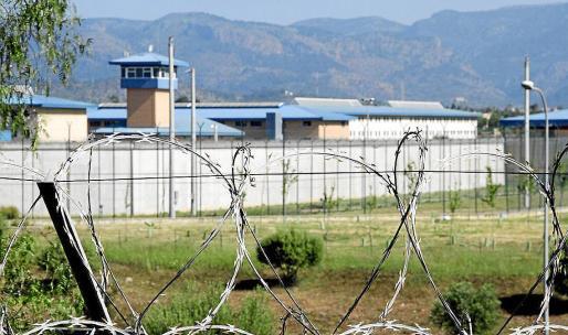 Los centros penitenciarios disponen de enfermería, donde se atiende a los reclusos. Sin embargo, son relativamente frecuentes los traslados a Son Espases y otros centros hospitalarios en casos en los que es necesaria una atención más especializada.