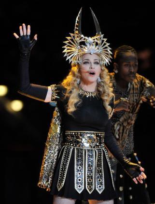 La cantante Madonna, en el intermedio de la final del Super Bowl entre los Patriots de Nueva Inglaterra y los Giants de Nueva York en el estadio Lucas Oil de Indiana (EEUU), el pasado domingo 5 de febrero.