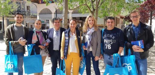 Margalida Prohens, candidata del PP al Congreso por Baleares, hace campaña en Manacor.