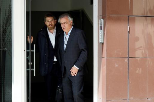 Los abogados Pau Molins y Andres Maruenda salen de la casa del expresidente del FC Barcelona Sandro Rosell.