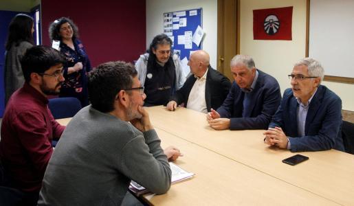 El candidato de Actúa a la presidencia del Gobierno, Gaspar Llamazares, durante la reunión que mantuvo con miembros de la Red de Lucha contra la Pobreza en la Fundación Adsis.