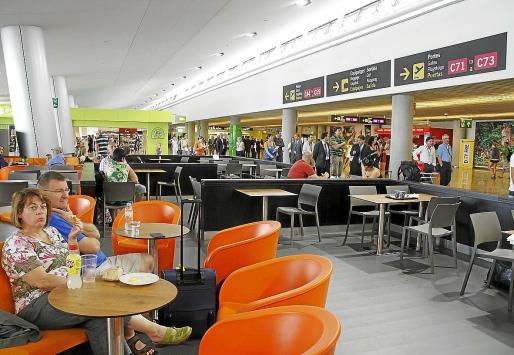 Transportistas y distribuidores se encargan de suministrar todas las mercancías a comercios, bares y restaurantes del aeropuerto de Palma. El número de estos negocios se ha incrementado de forma considerable .