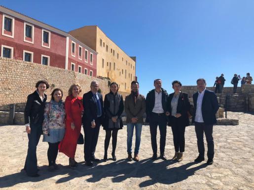 Los dirigentes y candidatos socialistas se fotografiaron ayer frente al Castillo y la Almudaina, futuras sedes del Parador.