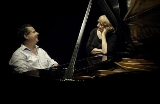 Antònia Vicens y Andreu Riera, junto a un piano.