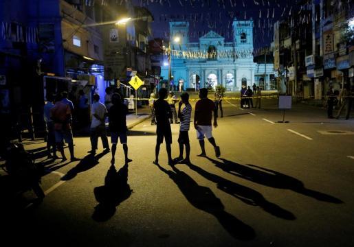 Dispositivo de seguridad cercano a un lugar de culto tras los trágicos atentados del Domingo de Resurrección en Sri Lanka.