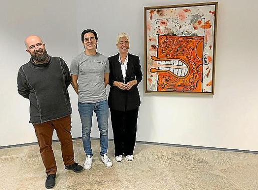 El concejal de Ibiza, Pep Tur, Javier Aparicio y Elena Ruiz Sastre junto a la obra de Carroll Dunham.