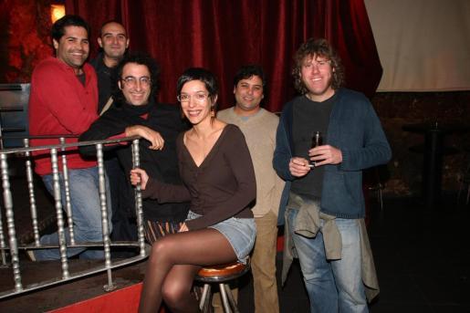 Imagen de los Antònia Font, con la mujer que les cedió su nombre para triunfar en la música, tomada en 2005, en el marco de la entrega de los premios Primera Plana del Diari de Balears.