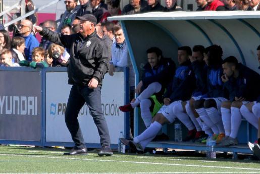 El técnico del Atlético Baleares, Manix Mandiola, da instrucciones durante un partido en Son Malferit.