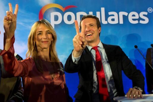 El candidato del PP a la Moncloa, Pablo Casado, y la cabeza de lista al Congreso por Barcelona, Cayetana Álvarez de Toledo, durante el acto electoral que han celebrado este jueves en Barcelona.