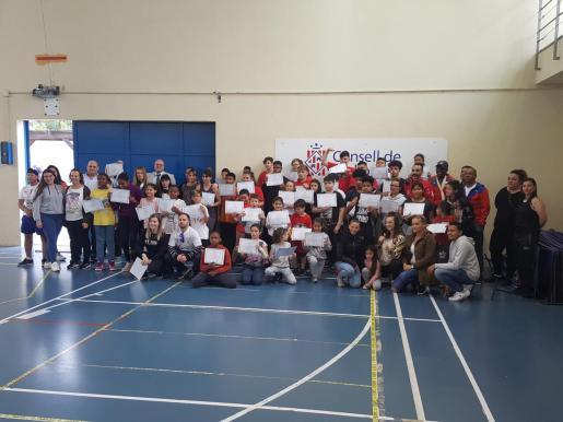 Los participantes en la primera jornada del PNTD posan con sus diplomas.