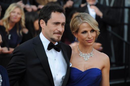 Fotografía de archivo fechada el 26 de febrero de 2012 que muestra al actor y productor mexicano Demian Bichir y a su esposa, la actriz canadiense Stefanie Sherk, en la alfombra roja de los premios Óscar en el Centro Highland de Hollywood, California.