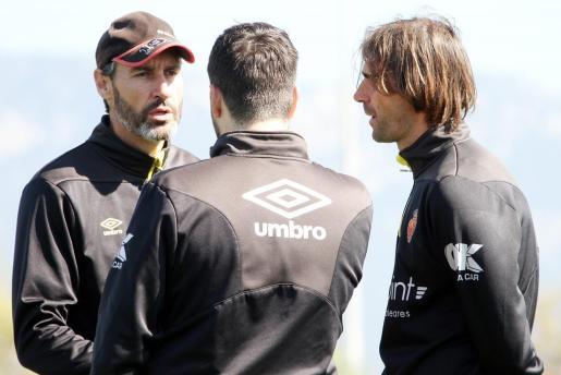 El entrenador del Real Mallorca, Vicente Moreno, dialoga con sus ayudantes en un entrenamiento en Son Bibiloni.