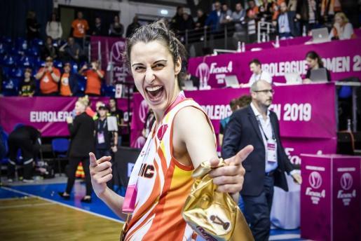 Alba Torrens celebra su pasado título de la Euroliga Femenina.