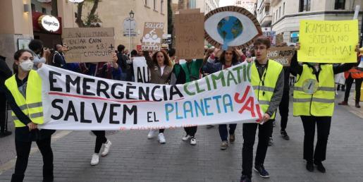 Los participantes en la manifestación durante el recorrido por las calles de Palma.