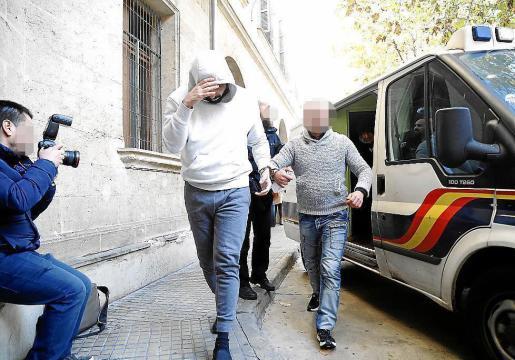 Rafael Pantoja, con el rostro cubierto por una capucha, en los juzgados de Vía Alemania.