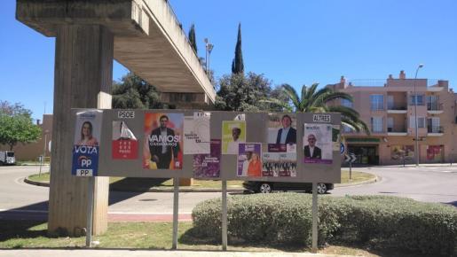 Los diferentes partidos políticos han colgado carteles de sus candidatos.