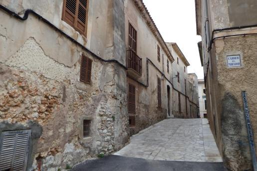Sineu tuvo una gran relevancia en la sociedad mallorquina en la época medieval, cuando la realeza de la corona de Aragón fijó en este municipio del Pla una de sus residencias. Las calles estrechas y la tipología de las casas del centro conservan vestigios de valor patrimonial.