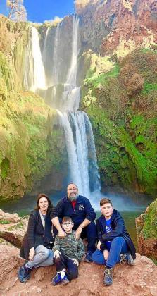 La familia, en las cascadas de Ouzoud, en Marruecos.