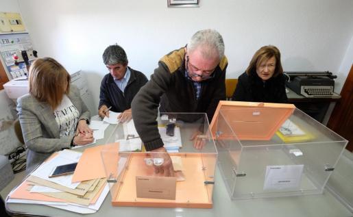 Cuarenta segundos son los que han tardado en votar este domingo los seis vecinos del municipio riojano de Villarroya, que se han organizado para tardar el menor tiempo posible en introducir las papeletas en las urnas.