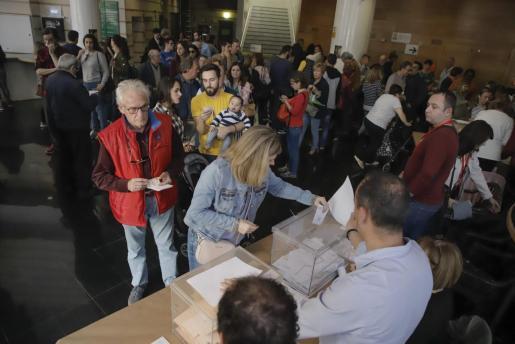 Gran afluencia de ciudadanos en los colegios electorales de Palma.