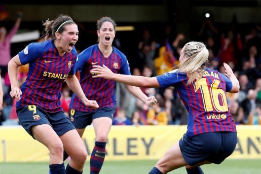 Las jugadoras del FC Barcelona, Mariona Caldentey, Toni Duggan (d) y Marta Torrejón (c), celebran el gol marcado al Bayern Munich de penalti por Caldentey durante el partido de vuelta de las semifinales de Liga de Campeones que ambos equipos disputaban este domingo en el Mini Estadi de Barcelona.