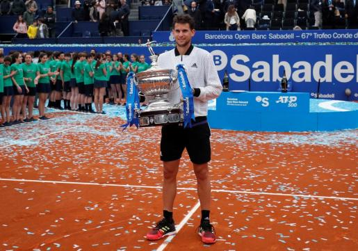 El austriaco Dominic Thiem, con el trofeo que le acredita como ganador del Barcelona Open Banc Sabadell-Trofeo Conde de Godó.