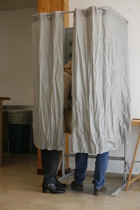 Los ciudadanos ejercen su derecho al voto.