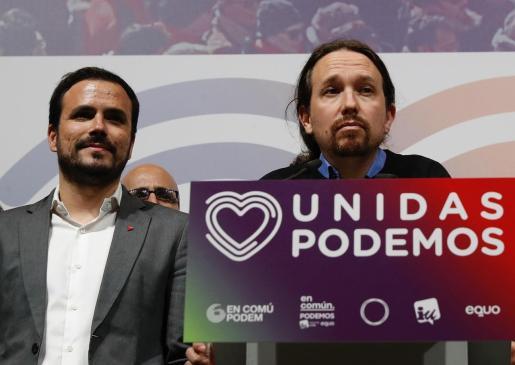 El candidato de Unidas Podemos, Pablo Iglesias (d), junto al coordinador federal de IU, Alberto Garzón (i), durante su comparecencia en el Teatro Goya de Madrid.