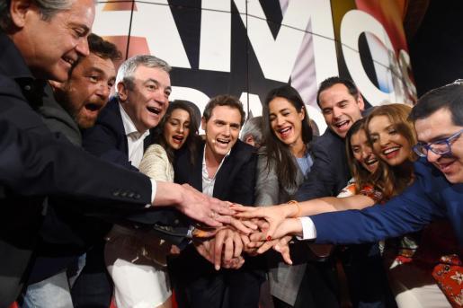 El líder de Ciudadanos Albert Rivera (c), junto a sus candidatos, tras conocer los resultados electorales.