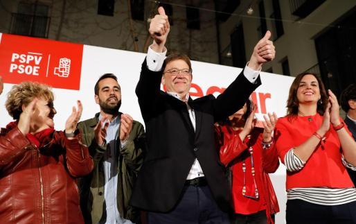 El candidato del PSPV y president en funciones de la Generalitat Valenciana, Ximo Puig, saluda tras ganar las elecciones autonómicas del 28A con 27 diputados.