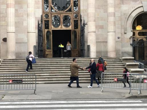 El padre de una de las víctimas de Maristas, Manuel Barbero, saluda a un abogado.      29/04/2019 El padre de una de las víctimas de Maristas, Manuel Barbero, sal