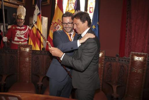 José Hila y Mateo Isern en la toma de posesión como alcalde de Palma del socialista.